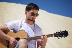 den dragspels- gitarrgrabbkanten plays san sitting fotografering för bildbyråer