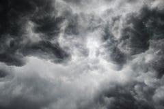 Den dramatiska åskvädret fördunklar bakgrund på mörk himmel Arkivbild