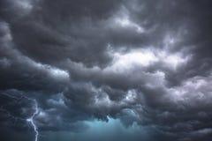 Den dramatiska åskvädret fördunklar i centrala Florida royaltyfri fotografi