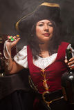 Den dramatiska kvinnlign piratkopierar plats Arkivfoton