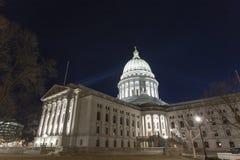 Den dramatiska sikten av byggnaden för den Wisconsin tillståndsKapitolium tände upp på arkivfoton