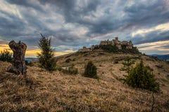 Den dramatiska solnedgången över fördärvar av den Spis slotten i Slovakien Royaltyfria Bilder