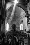Den dramatiska strålen av ljus faller in i kyrkan av Kristi födelse in arkivbilder