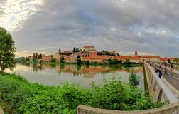 Den Drava floden och staden av Ptuj, Slovenien, på en molnig dag Arkivbild