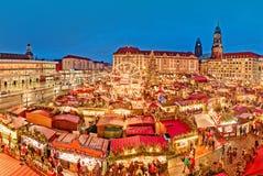 Den Dresden julmarknaden, beskådar från ovanför, Tyskland, Europa Julmarknader är traditionella europeiska vintersemestrar arkivbild