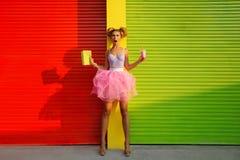 den dricka flickan mjölkar Arkivfoto