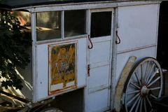 Den drog gamla hästen mjölkar leveransbarnvagnen royaltyfria bilder