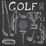 Den drog golfsporthanden skissar den fastställda vektorillustrationen med golfklubbar, boll, utslagsplats, hål med flaggan och de Arkivfoton