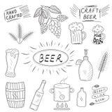 Den drog uppsättningen av handen skissar av öl och hem- bryggeri Hem- brygga, tillverkat öl också vektor för coreldrawillustratio vektor illustrationer