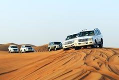 Den Dubai ökenturen i off-road bil arkivbild