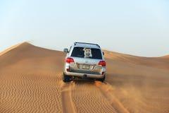 Den Dubai ökenturen i off-road bil fotografering för bildbyråer