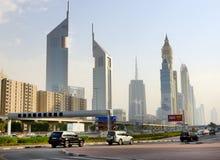 Den Dubai cityscapen och emirattornen Arkivfoton