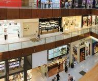 Den Dubai gallerian, en bästa sikt av insidan, boutique och shoppar, peopl Arkivbild