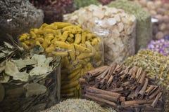 Den Dubai kryddan Souk eller den gamla Souken är en traditionell marknad i Duba Arkivfoton