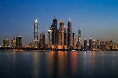 Den Dubai marina, UAE på skymning som sedd från gömma i handflatan Jumeirah Royaltyfria Foton