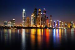 Den Dubai marina, UAE på skymning som sedd från gömma i handflatan Jumeirah Royaltyfri Foto