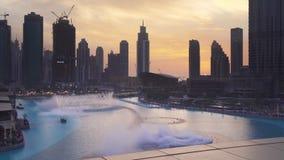 Den Dubai springbrunnen är systemet för springbrunnen för världs` s det största choreographed på videoen för längd i fot räknat f arkivfilmer