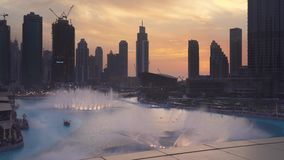 Den Dubai springbrunnen är systemet för springbrunnen för världs` s det största choreographed på videoen för längd i fot räknat f stock video