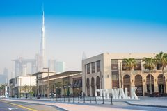 Den Dubai staden går med Burj Khalifa sikt 15 09 Tomasz Ganclerz 2017 Arkivbild