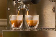 den dubbla espresson häller skjutit arkivfoto