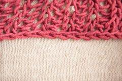 Den dubbla färgkombinationen, burgundy och beige handarbeteull texturerade bakgrund Arkivfoton