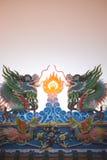 Den dubbla kinesiska draken på det kinesiska tempeltaket Royaltyfri Fotografi