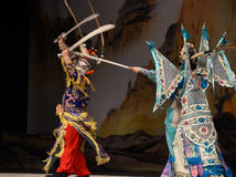 """Den dubbla kniven skallr generaler för PekingOpera"""" kvinnor av Yang Familyâ € arkivbilder"""