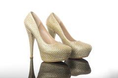 Den dubbla skinande stenen för gul guld pekade för kvinna` s för höga häl skor för plattformen royaltyfri foto