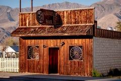 Den dubbla stången i den historiska byn av ensamt sörjer - ENSAMT SÖRJA CA, USA - MARS 29, 2019 fotografering för bildbyråer
