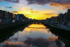 Den Dublin nattplatsen med bron för mummel`-encentmyntet och den Liffey floden tänder arkivbild