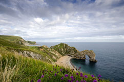Den Durdle dörren på Jurassic Dorsets seglar utmed kusten Royaltyfri Foto