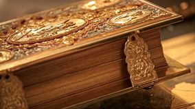 Den dyra inlagda kyrkliga boken ligger på tabellen arkivfilmer