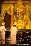 Den dyrkanMahamyatmuni Buddha Royaltyfri Fotografi