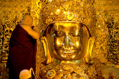 Den dyrkanMahamyatmuni Buddha Arkivbilder