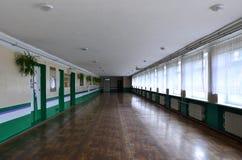 Den dystra korridoren av en eftersatt offentlig byggnad Offentligt utrymme i en fattig bostads- höghusbuildin fotografering för bildbyråer