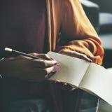 Den 15:e som skriver tänkande dagbokanslutningsbegrepp Royaltyfria Bilder