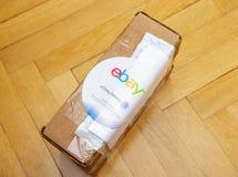 Den Ebay och Pitney Bowens logotypen skrivev ut på kartongen Arkivbild
