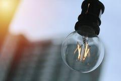 Den Edison lampan, tappningstilkulan, bakgrundsbild är aftonhimmel arkivfoto
