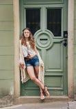 Den eftertänksamma hippiekvinnan i boho beklär stående utomhus Arkivbild