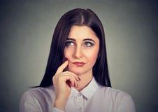 Den eftertänksamma unga kvinnan tvivlar in royaltyfria bilder
