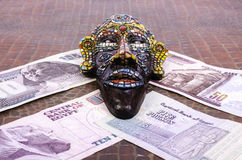 Den egyptiska maskeringen ligger på egyptiska pund Royaltyfria Foton
