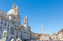 Den egyptiska obelisken i piazza Navona, Rome, med kupolen och ten Royaltyfri Bild
