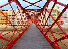 Den Eiffel bron över den Onyar floden, Girona, Catalonia, Spanien arkivbild