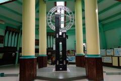 Den ekvators- monumentet lokaliseras på ekvatorn i Pontianak Arkivfoto