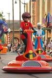 Den Elastigirl parren från den Incredibles Pixar filmen i en ståta på Kalifornien äventyrar på Disneyland royaltyfri bild
