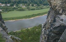 Den Elbe dalen i Sachsen och Wartturm vaggar bästa sikt Arkivfoto