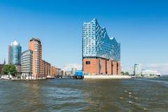 Den Elbphilharmonie byggnaden i porten av Hamburg Arkivfoto