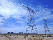 Den Electric Power överföringen står högt i öken arkivfoton