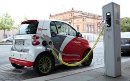 Den Electro bilen laddar fotografering för bildbyråer