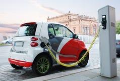 Den Electro bilen laddar på gatan. royaltyfri fotografi